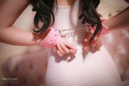 萌妹萝莉眼镜娘 粉色手铐项圈SM捆绑写真——束缚【33P】