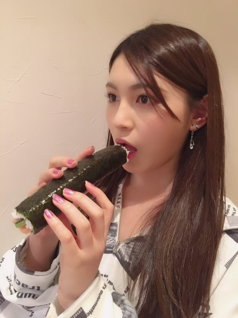 又长又黑的惠方卷 美女吃惠方卷的浮想联翩 2